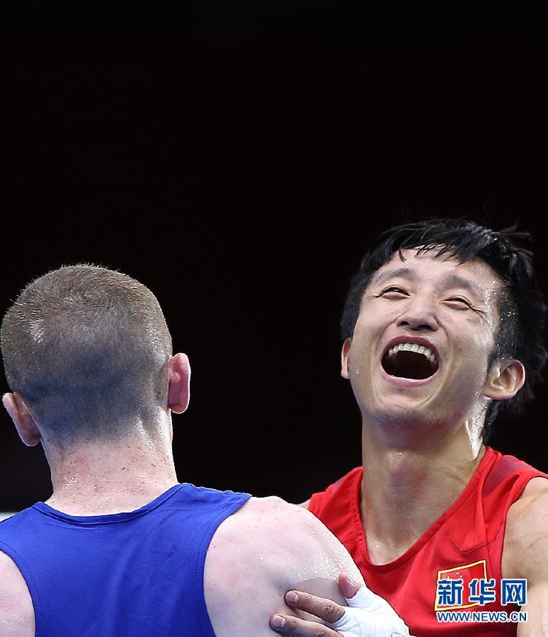 8月10日,邹市明(左)自信入场。当日,在伦敦奥运会男子拳击49公斤级半决赛中,中国选手邹市明以15比15与爱尔兰选手巴恩斯战平,通过小分优势晋级决赛。新华社记者王申摄