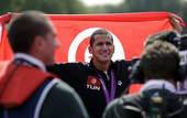 奥运图:突尼斯游泳马拉松夺冠 高举国旗