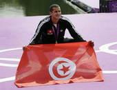奥运图:突尼斯游泳马拉松夺冠 展示国旗