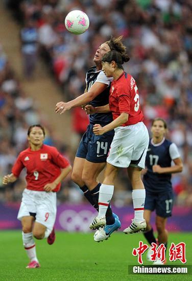 当地时间8月9日,伦敦奥运会女子足球决赛,美国队以2:1的比分战胜日本队,夺得冠军。图为美国队员瓦姆巴赫与日本队员在抢头球。Osport全体育图片社