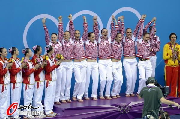 奥运图:花游中国姑娘摘银 合影