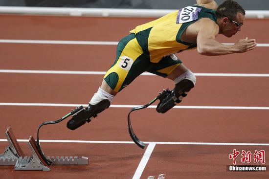 """当地时间8月5日,南非""""刀锋战士""""皮斯托瑞斯在男子400米半决赛中跑出46秒54,无缘晋级决赛,但是他接下来还将与队友一起参加接力比赛。记者 盛佳鹏 摄"""
