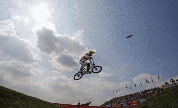奥运图:拉脱维亚选手小轮车摘金 飞到半空中