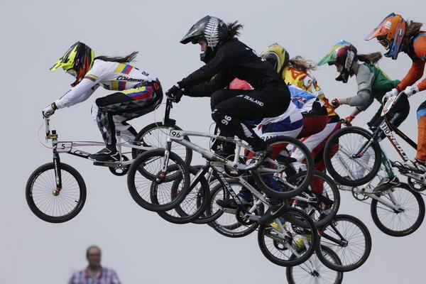 奥运图:拉脱维亚选手小轮车摘金 爬过小坡