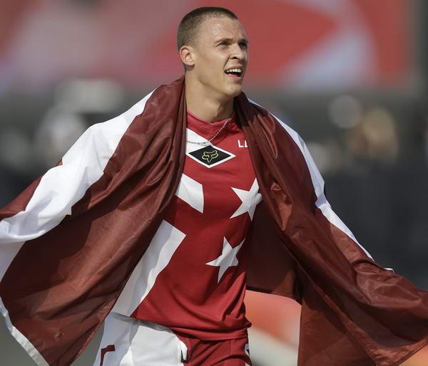 奥运图:拉脱维亚选手小轮车摘金 身披国旗