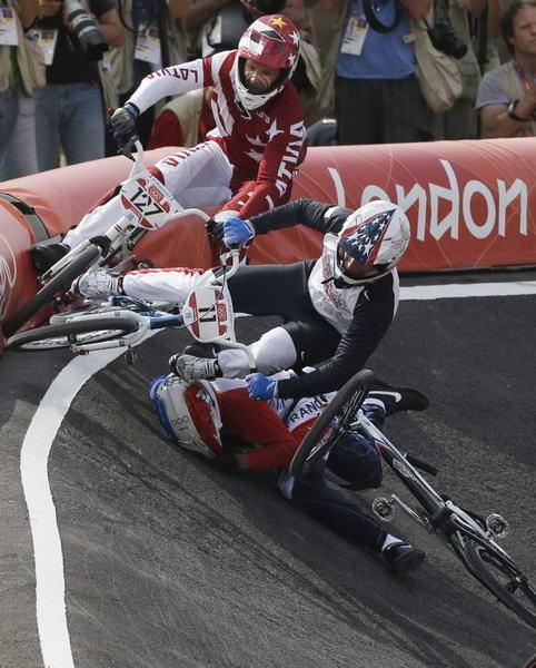 奥运图:拉脱维亚选手小轮车摘金 选手摔倒