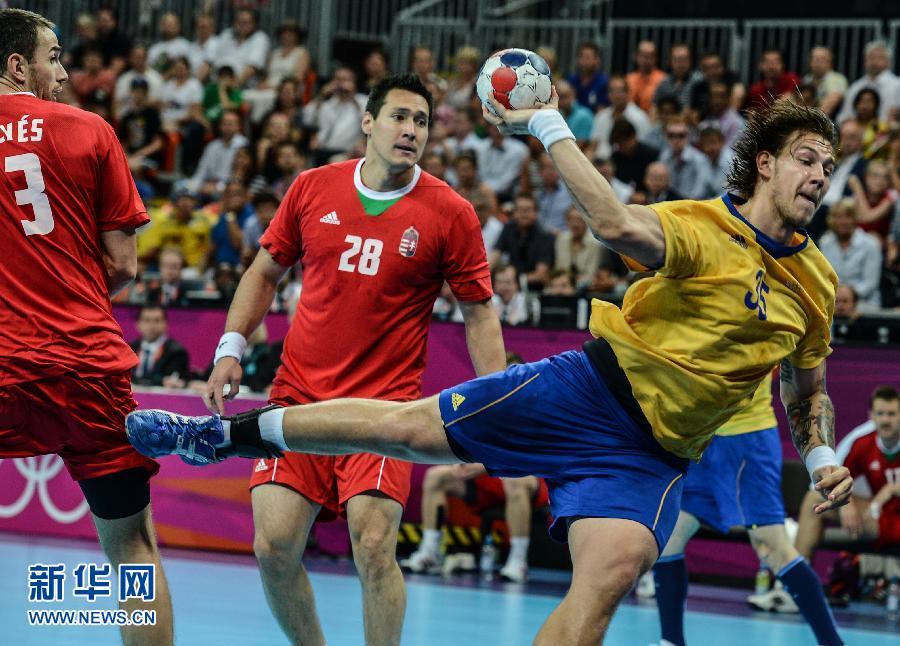 8月10日,瑞典队球员尼尔森(右)在比赛中进攻。当日,在伦敦奥运会男子手球半决赛中, 瑞典队以27比26战胜匈牙利队,晋级决赛。华社记者杨磊摄