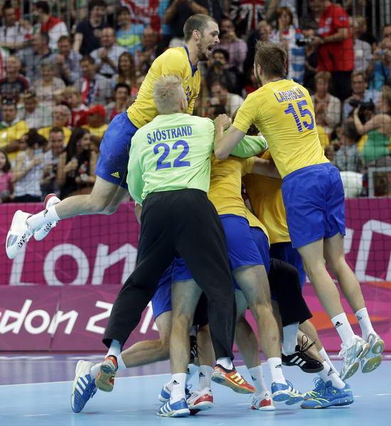 奥运图:瑞典险胜进男子手球决赛 激动庆祝