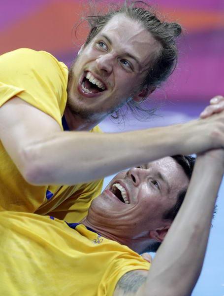 奥运图:瑞典险胜进男子手球决赛 兴奋庆祝