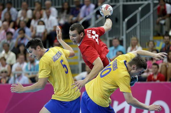 奥运图:瑞典险胜进男子手球决赛 匈牙利选手
