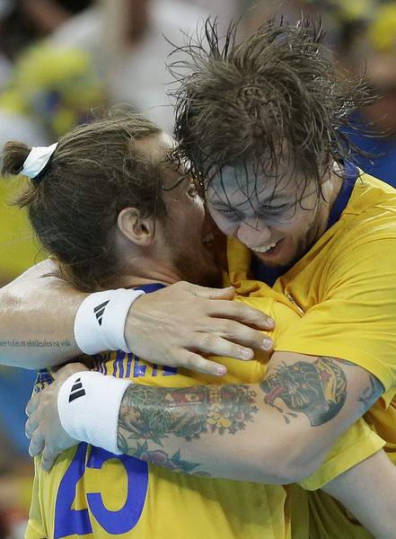 奥运图:瑞典险胜进男子手球决赛 拥抱庆祝