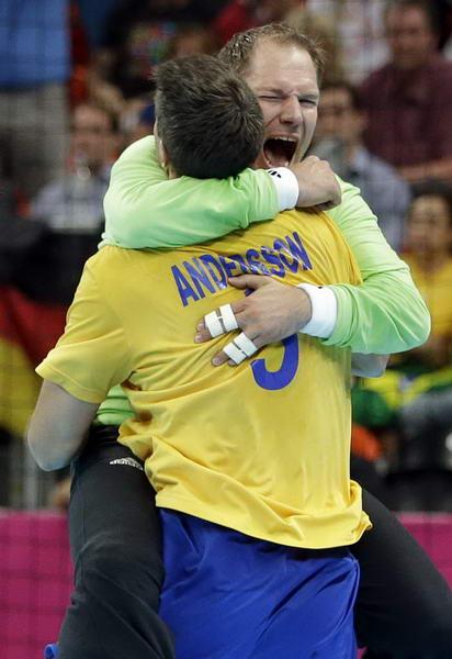 奥运图:瑞典险胜进男子手球决赛 与门将拥抱
