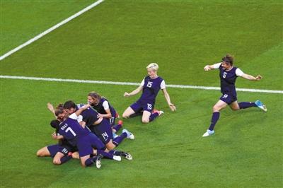 连续三届奥运会夺得金牌,美国女足姑娘们有理由疯狂庆祝。 图/CFP