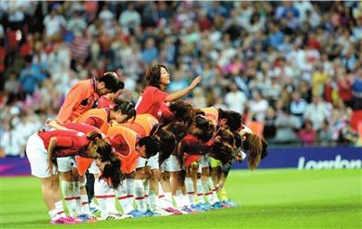 日本队员鞠躬致谢。