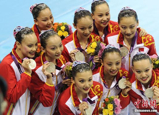 当地时间8月10日,2012伦敦奥运会花样游泳集体自由自选决赛,俄罗斯和中国分别获得金牌和银牌,西班牙夺得铜牌。图为中国花样游泳队获得银牌。记者 廖攀 摄