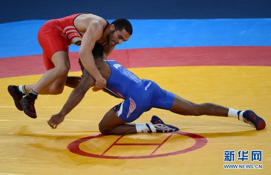 8月10日,伊朗选手古达尔兹(左)与美国选手伯勒斯在比赛中。当日,在伦敦奥运会男子自由式摔跤74公斤级决赛中,伊朗选手古达尔兹以0比3不敌美国选手伯勒斯,获亚军。 新华社记者 郭勇