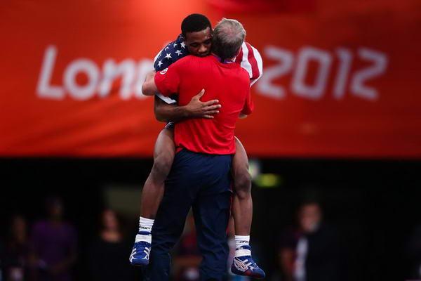 奥运图:摔跤74公斤美国名将夺金 拥抱教练