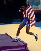 奥运图:摔跤74公斤美国名将夺金 站上领奖台