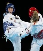 奥运图:女子67公斤以下级铜牌争夺 比赛画面