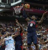 奥运图:美国男篮大胜阿根廷 詹姆斯摘下篮板