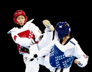 中国选手侯玉琢(左)和英国选手琼斯在比赛中 新华社发