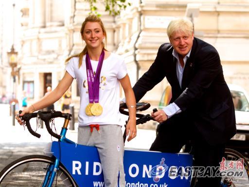 英国两届奥运会场地自行车赛冠军劳拉-特洛特左和市长鲍里斯-约翰逊同骑一辆自行车