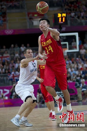 当地时间8月6日,中国男篮58-90负于英国男篮,以五战全败的不堪战绩结束了伦敦奥运会的征程。图为比赛现场。记者 盛佳鹏 摄
