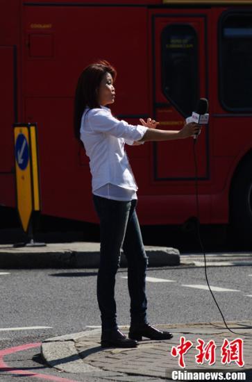 当地时间8月9日中午,刘翔抵达伦敦The Wellington Hospital 医院,接受手术治疗。图为央视田径专项记者冬日那抵达医院。记者 富田 摄