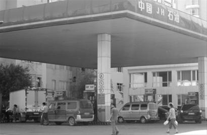 价格低的加油站会吸引很多车主前来加油。 本报记者 邵睿 摄