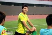 图文:北京国安赛前适应场地 球员在热身