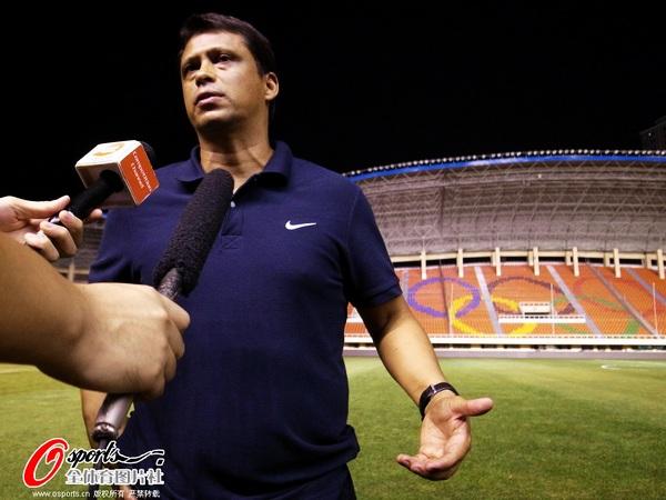 图文:富力客场踩场 接受记者采访