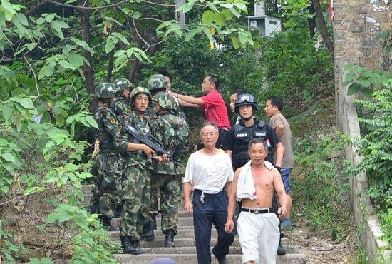 """南京""""爆头哥""""在重庆持枪抢劫武警进山追捕-搜狐新闻"""