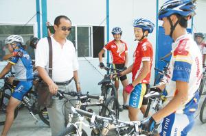 赵曦教练正在给学生检查赛车安全