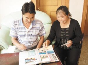 童卫松的父母在家中翻看他训练时的照片 都市时报见习记者 王小琴