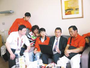 刘翔父母与刘翔主导医师促膝长谈,详细了解手术情况 IC 图