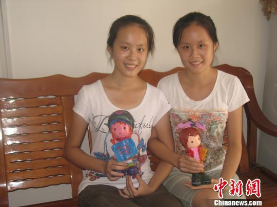 广西柳州的一对侨眷双胞姐妹袁梓真、袁梓珊同时考上大学,高兴的同时也为高昂的学费发愁。