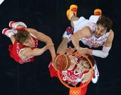 奥运图:西班牙队晋级男篮决赛 加索尔防守