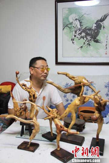 """李志强和他的""""奥运健儿""""。王雅岚摄"""