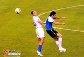 图文:实德主场迎战富力 双方队员激烈争头球