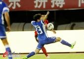 图文:辽苏大战球迷疯狂 大步跨出抢球