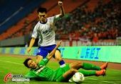 图文:京鲁大战针锋相对 国安球员摔倒