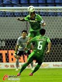图文:京鲁大战针锋相对 国安球员跳起顶球