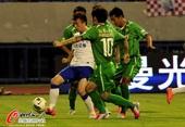 图文:京鲁大战针锋相对 国安球员围堵抢球