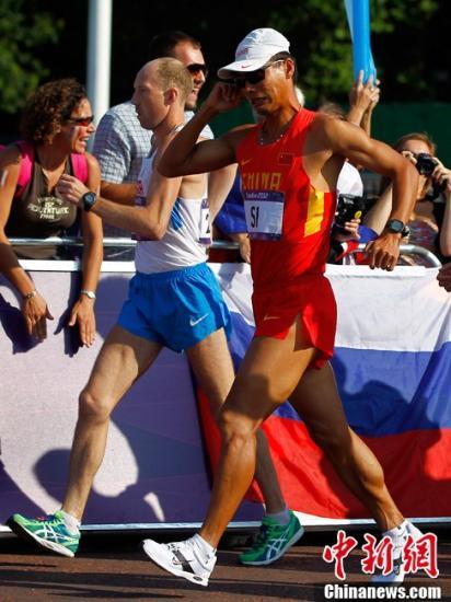当地时间8月11日,在伦敦奥运会男子50公里竞走比赛中,中国选手司天峰以3小时37分16秒获得铜牌。金牌被俄罗斯运动员基尔德亚普金摘得。记者富田