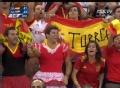奥运视频-西班牙球迷男扮女装 场边为球队加油