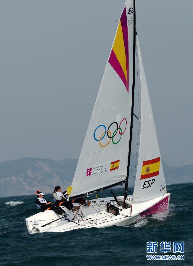 8月11日,西班牙队队员在比赛中。当日,在2012年伦敦奥运会帆船帆板伊利奥特6M级女子对抗赛中,西班牙队以3比2战胜澳大利亚队,获得冠军。新华社记者曾毅摄