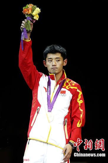 当地时间8月2日,伦敦奥运会乒乓球男子单打决赛,中国选手张继科、王皓包揽金银牌 。图为张继科站在领奖台上。记者 盛佳鹏 摄