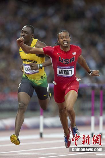 当地时间8月8日,伦敦奥运会田径比赛继续进行,在男子110米栏决赛中,美国名将梅里特(右)以12秒92夺冠;世界纪录保持者罗伯斯,中途肌肉拉伤,因伤退赛。记者 盛佳鹏 摄