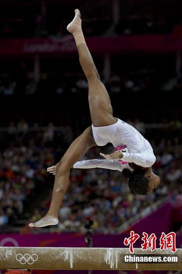 当地时间8月7日,奥运会体操女子平衡木决赛,美国名将道格拉斯出现失误,无缘奖牌。图为道格拉斯在比赛中。记者 盛佳鹏 摄