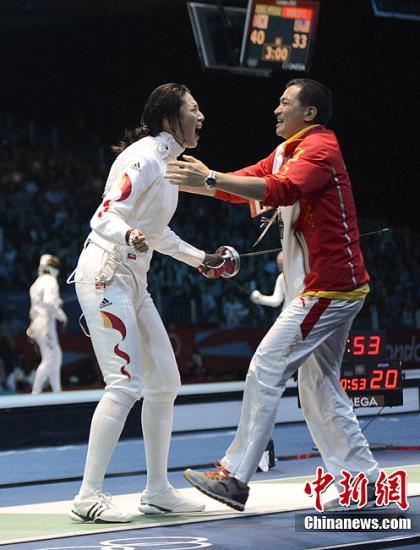 """当地时间8月4日,伦敦奥运女子重剑团体半决赛中国队迎战俄罗斯,世界排名第一的孙玉洁加时赛仅用七秒的就""""一剑封喉"""",使中国队晋级决赛。图为中国队庆祝胜利。记者 廖攀 摄"""